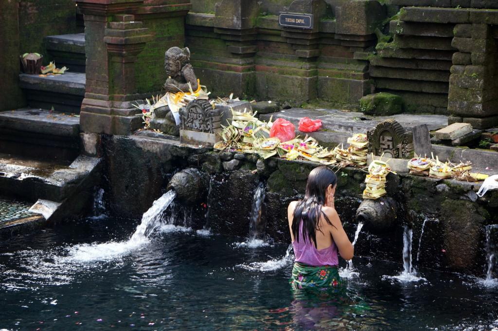 Rondom Ubud vind je veel oude tempels, waaronder deze tempel met heilig water: Tirta Empul