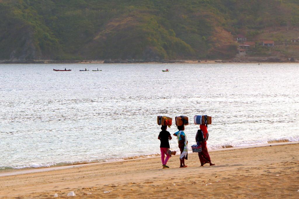Locals op het strand van Kuta, Lombok verkopen hun sarongs